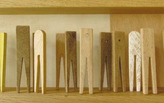 K(L)ammerspiel, alte Holzklammern, Farbe, in Holzrahmen gereiht,