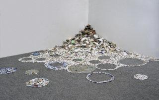TRÜMMERBLUMEN, lose Legung mit Scherben von Berliner Trümmerbergen, ca. 150 cm in den Raum ragend