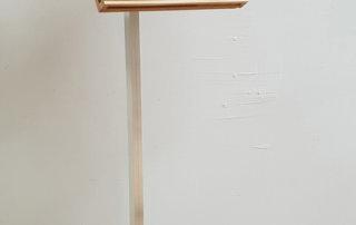 Exposé, 2018, Holz, Kunststoff, Aluminium, Beton, elektronische Teile, 134 x 32 x 32 cm