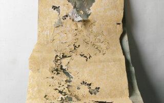 Anett Lau, Held der Arbeit, Papierschnitt, Collage aus vorgefundenem Matrialien, Tapete auf Arbeitsbescheinigungen, Leinwand, 230 x 70 cm, 2009
